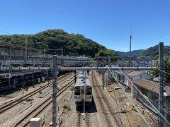 新宿から45分。 ようやく高尾に到着。 ちょうどこの後に乗る松本行きの電車がやってきました。