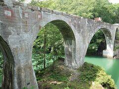 橋は桜の名所、泉翠峡にかかっているので、桜が咲く頃に来ると良さそう。ただし、駐車場から橋の下に降りる歩道は整備されていません。