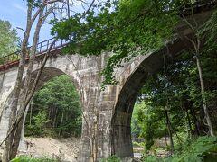 橋の横には楓の木があります。紅葉の時期に来ると綺麗でしょうね。なお、額平川橋梁へのアクセスは、ひがし大雪自然館側からがお勧めです。所要時間も短いし楽です。
