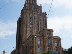 川沿いではありませんがとても良く目立つラトビア科学アカデミー スターリン・クラシック様式のいかにもソ連という感じの大型ビル 聖ペトロ教会の塔より高い65mに展望台がありリガの街を一望することができます  展望台アクセスは1人5ユーロ 09:00から22:00まで営業しているので夜景も楽しめます 行き方は駅の南口(旧市街地ではない方)から徒歩でOK 嫌でも目立ちますので迷うことはありません