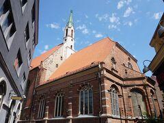 聖ヨハネ教会 入口に気づかず入りそびれた教会 聖ペテロ教会のすぐ近くに埋もれるように建つ大きな教会 リガで最も古い礼拝所としてもともとはドミニコ会修道院の礼拝堂として13世紀には建てられていたそうです  内観はオレンジ色の屋根と赤茶のレンガ壁の外観と真逆の白を基調とした美しい教会なのですが入口が分からず見れず終い・・・
