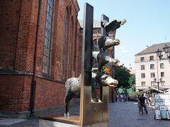 聖ペテロ教会の脇にあるブレーメンの音楽隊の銅像 ドイツのブレーメンが本家では? と思ったらハンザ同盟で古くから歴史的に親交があり、姉妹都市になったリガにこの像が贈られたそうです