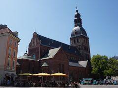 リガ大聖堂 1211年に設立された教会でその後、何度も増改築が行われ現在の姿になったのは18世紀後半 ずっしりとした重厚な造りが印象的だと思ったらバルト三国における中世の大聖堂の中で最大規模だそう  正午に開かれる世界で4番目に大きいというパイプオルガン(6,718本)のコンサートが目玉でチケットは1人10ユーロ