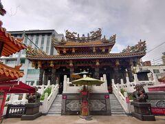 「横浜中華街」をうろうろ~。  横浜中華街の定番「関帝廟」に初めて入りました。中国の武将・関羽が祀られていて、主に商売にご利益があるとされています。入るのは無料ですが、正式にお参りをするのであれば、線香&拝観(500円)を行うのがオススメです。作法を教えてもらえます。