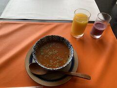 ホテルエールの朝食はカフェ風 まずは野菜たっぷりのミネストローネとオレンジジュース、そしてスムージー