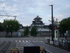 ホテルの裏にでるとトラムの停留場がありました。富山県美術館に行く前に行った富山城が目の前にあることに気付きました(笑)