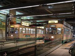 富山駅からトラム(環状線)に乗って帰ります。 駅にはレトロな路面電車も停まっていました。