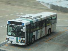 機体に向かうバスが見えました。