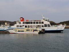 港の写真。手前の児島港(岡山県)に向かう旅客船で帰ります。奥の大きな船は丸亀港(香川県)に向かうフェリーです。