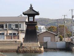 <児島港→塩飽本島(しわくほんじま)>船は児島港(岡山県)から出ています。児島港にある木造灯台は1863年に建てられたもので、市重要文化財に指定されています。