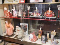 1590(天正18)年に豊臣秀吉から島民に塩飽の領知権が与えられたとき、年寄と称したトップ4家の一つ真木(さなぎ)邸が笠島まち並保存センターとして開放されており、入館しました。廻船で栄えた立派なお宅で、江戸時代の千両箱や人形が飾られていました(写真)。