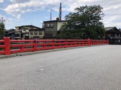 高山では有名な中橋を渡り、古い街並みを軽く散策してみます。