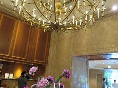 5月24日午後。 横浜・ホテルニューグランド。 ラウンジ「ラ・テラス」でのアフタヌーンティを楽しんだ後、お部屋へ向かいます。 タワー館ロビーには豪華なシャンデリアと美しいお花が出迎えてくれます。