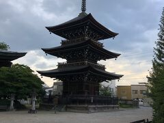 昨日見つけたスーパ-'ファミリ-ストアさいとう'でお買い物したあと、ホテルへ戻る途中に三重塔が見えました。飛騨国分寺です。