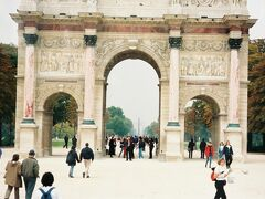 カルーゼル凱旋門  ナポレオンの勝利祝福のため建立。 高さ19m、巾23m、奥行7.3m。  門の向こうに見える塔は コンコルド広場のオベリスク。