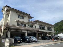 二日目の朝を迎えました。 朝は木曽福島の町を散策します。  朝食は予約していないので、部屋でのんびりして8時前にチェックアウト。  この後に乗るバスまで約1時間半観光します。  木曽の朝は涼しく14℃しかありませんでした。