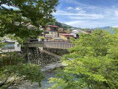崖家造りの建物を下から見るには行人橋を渡る必要があります。