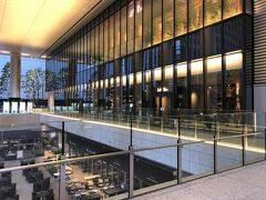 東京・大手町『Otemachi PLACE』1F  『大手町プレイス』1階のカフェレストラン【Lady Blue (レディ・ブルー)】の写真。  地下にはステーキハウス【RRR OTEMACHI(トリプルアール大手町)】 やフレンチバール【grand comptoir(グラン コントワー)】、 スペイン料理【Calahorra(カラオラ)】などがあります。  私たちは2階へ向かいます。