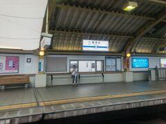 豪徳寺駅を通過中・・・  小田急の複々線は、豪徳寺駅のような緩行線が外側の区間もあれば、緩行線が内側で中央にホームがある駅(東北沢駅)や、緩行線と急行線でホームが上下2層になっている駅(下北沢駅)もあり、これまた乗っているだけでワクワクする複々線です(笑)