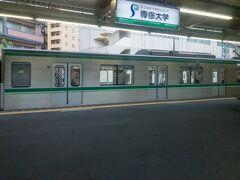 登戸の一つ先、向ヶ丘遊園駅を通過中。  向ヶ丘遊園は、千代田線からの直通列車が多く折り返す駅で、常磐緩行線内でもよく行先表示で見られます。
