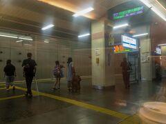 続いて、相模大野駅に停車。  相模大野は小田原線と江ノ島線が分岐し、車両基地もある主要駅。  上下ともに通過線があり、スーパーはこね号や回送列車が利用します。  車内がめちゃくちゃ反射してるのは・・・(T_T)