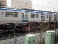 相鉄線が左から合流すると程なくして海老名を通過。  海老名も小田急線では大きな駅ですが、乗車中の特急は通過です。