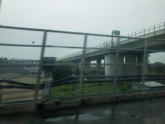 厚木駅を通過中。  名前は厚木ですが、海老名市に位置し、厚木市の中心駅は隣の本厚木駅。  厚木駅には急行以上の優等列車は停車しませんが、JR相模線との乗り換えが便利な駅です。