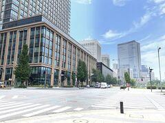 東京・大手町『丸の内二重橋ビル』の外観の写真。  日比谷通りを真っすぐ進んだ左手に商業施設『東京ミッドタウン日比谷』 が見えます。
