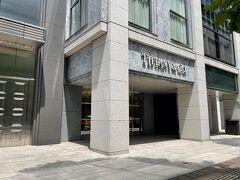 東京・丸の内「Tiffany & Co.」  「丸の内仲通り」にある「ティファニー」丸の内店の 写真。  こちらの前に複合施設『丸の内ブリックスクエア』があります。