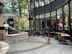 東京・丸の内『丸の内ブリックスクエア』1F  【ラ ブティック ドゥ ジョエル・ロブション】丸の内店のテラス席の 写真。  大好きなお店です♪  フレンチの巨匠ジョエル・ロブションのエスプリが詰まった ブーランジュリー&パティスリーにカフェを併設した新業態の ブティック。豊かな具材を使ったサンドイッチや季節のケーキを、 テイクアウトやカフェで楽しめます。