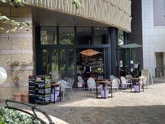 東京・丸の内『丸の内ブリックスクエア』1F  ワインビストロ【マルゴ丸の内】のテラス席の写真。  飲み感覚でワインを気軽に楽しめるワインバー「マルゴ丸の内」。 ランチタイムはステーキやハンバーグ等月替わりで色々ご用意。 夜はフレンチをメインとしたアラカルトの料理も一緒に楽しめます。