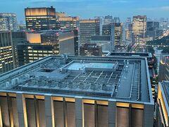 東京・大手町『フォーシーズンズホテル東京大手町』35F  「パノラマスイート」のお部屋のベッドルームからの 眺望(南側)の写真。  写真手前にはホテル『アスコット丸の内東京』が入る 『大手町パークビルディング』の屋上にあるヘリポートが見えます。