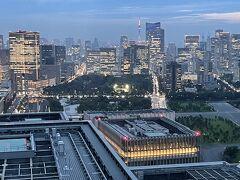 東京・大手町『フォーシーズンズホテル東京大手町』35F  「パノラマスイート」のお部屋のベッドルームからの 眺望(南側)の写真。  写真左にある超高層ビルは、35階建ての複合商業施設 『東京ミッドタウン日比谷』、その奥は汐留方面。  写真中央は『パレスホテル東京』の前にある「和田倉噴水公園」、 「日比谷公園」、「皇居外苑」。その奥は浜松町、東京タワー、 ホテル『アンダーズ 東京』が入る『虎ノ門ヒルズ』(写真右奥)、 『東京エディション虎ノ門』、『The Okura Tokyo』などのある 虎ノ門エリアです。