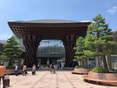 1時間15分かけて時間どおり13:35金沢に着きました。夫婦そろって初金沢です。それにしても暑いです。金沢も34℃でした。金沢駅ではまずこれ写さなきゃ。