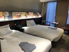 帰り道、近江町市場を覗きながらホテルに戻りチェックインすると19時を回っていました。部屋は大きめの部屋でスーペリアツイン27m2、1泊朝食付き13,300円/2人とお安く泊まれました。清潔でゆったりとして良かったです。
