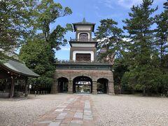 最終日の帰りの新幹線は金沢発16時。たっぷり金沢観光できます。今日は金沢城公園と兼六園を回ります。ホテルから金沢城公園へ向かう途中に尾山神社があり寄ってみました。