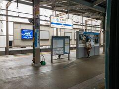 本厚木駅に停車。  本厚木駅で多くの乗客が降りていきました。新宿~本厚木などのそこまで長くない距離の需要も多いのですね~  本厚木駅には折り返し線があり、新宿始発の各駅停車はほぼ全て当駅で折り返します。