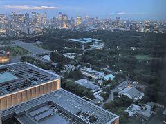 東京・大手町『フォーシーズンズホテル東京大手町』35F  「パノラマスイート」のお部屋のベッドルームからの 眺望(南西側)の写真。  六本木エリアの手前に『国会議事堂』、『皇居』。 写真奥は赤坂エリア。