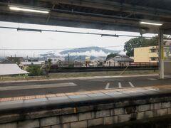 御殿場線の松田駅は2面3線の駅。  少し変わったホームの配置で、普通列車が発着する1面2線のホームの先に、特急ふじさん号が発着するホームがあります。