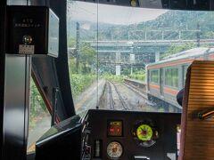 神奈川県最後の駅・谷峨(やが)駅を通過。  対向の313系が待避しています。