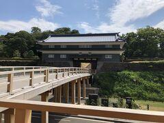 鼠多門橋と鼠多門。尾山神社から金沢城公園に繋がっています。2020年7月18日に完成したそうです。新品!昔、玉泉院丸庭園と尾山神社を結んでいた門と橋を復元したものです。