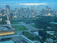 東京・大手町『フォーシーズンズホテル東京大手町』35F  「パノラマスイート」のお部屋のベッドルームからの 眺望(南西側)の写真。  低い位置にありながら白く浮かび上がる『国会議事堂』に目が行きます。
