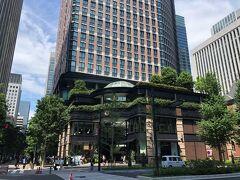 東京・丸の内『丸の内ブリックスクエア』の外観の写真。  少し離れた場所から撮影しました。  <ショップ> 平日・土曜 11:00~21:00 日曜・祝日 11:00~20:00  <レストラン> 平日・土曜 11:00~23:00 日曜・祝日 11:00~22:00