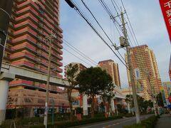 盆休み3日目の早朝5時過ぎ、自宅からほど近い吉野家ユーカリが丘店へ・・・ ユーカリが丘は不動産会社山万が開発した東京都心から約38km、成田空港から約25kmに位置するベッドタウンでカタカナの地名も珍しくそれにちなんだコアラの像などもあります。  不動産開発を手掛ける山万が開発を手掛けた千葉県初の郊外型タワーマンションを形成したニュータウンで、ありがちな分譲後撤退型の人口減少や過疎化を生み出さない成長管理型分譲により42年経っても人口減少していないんです。