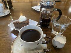 【軽井沢丸山珈琲本店】 こちらのコーヒーは紅茶のように時間をおいて、抽出するタイプ。 美味しいですが、個人的にはドリップタイプが好みです。 でも、このチョコレートケーキは美味しーーー