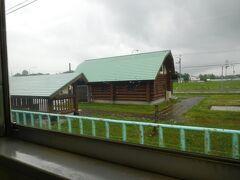 月ヶ岡駅。ログハウス風の駅舎があります。比較的整備されている駅です。