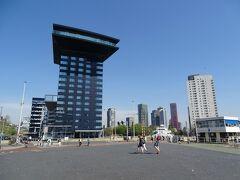 アムステルダム郊外で泊まった凸凹のホテルと同じ系列のインテル ホテルズのロッテルダムバージョンが、水上バスの停泊所の近くにあった。 こちらもある意味で凸凹している!
