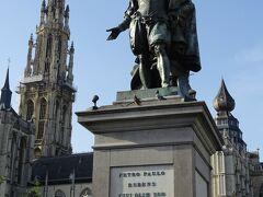 その広場の中央には先ほどの家主、ルーベンスの像がある。