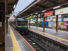 鎌倉で買い物を終えると豪雨。帰路は江ノ電を使うとしましょう。あらら、ちょうど出発しちゃいましたね。