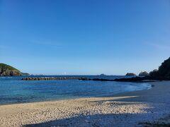 夜ご飯まで散歩をします。宿から1番近い「前浜ビーチ」にやって来ました。